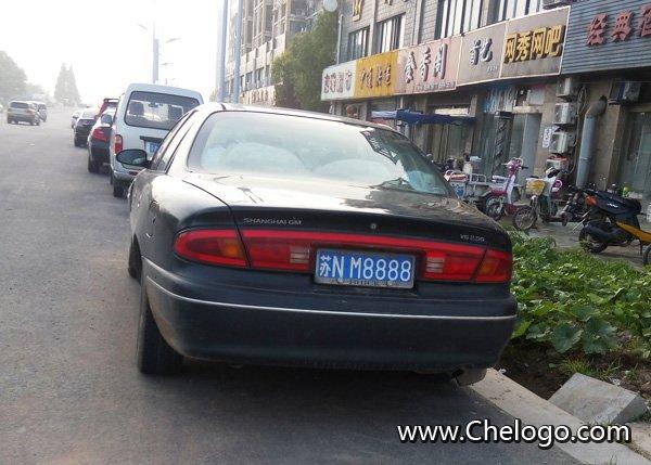 苏N车牌的车   车牌号的区分:汽车牌号是标识车辆身份的号牌,车牌号对车的意义就像身份证号对人一样。例如车牌是江苏省的车子,苏代表江苏省,A代表南京市,苏A就是南京市的车牌代码。白色牌照代表军牌、警牌,比如NS12345,代表南京军区车牌。苏A1234警,代表南京公安局的车。蓝色代表普通的小车。黄色代表普通的大型车辆。黑色代表外国人员在中国投资者,或者重要人物使用。