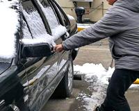 冬天车门被冻住了怎么打开?